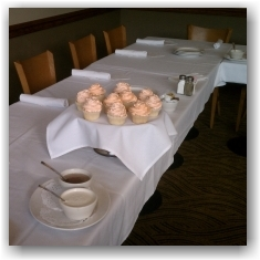Table-with-cupcake-centerpiecs