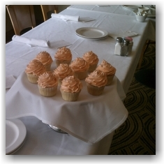 Table-with-cupcakes-2
